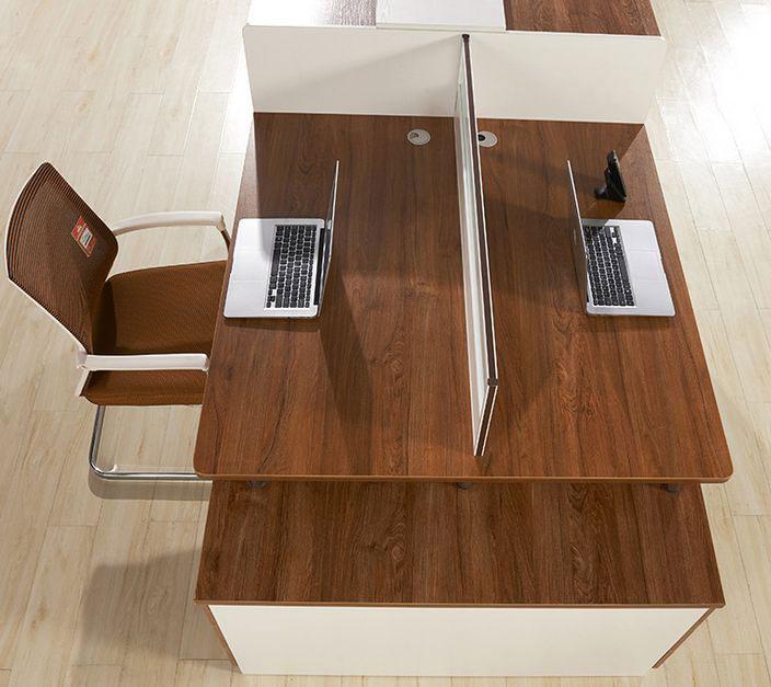 办公室木质桌椅和地板