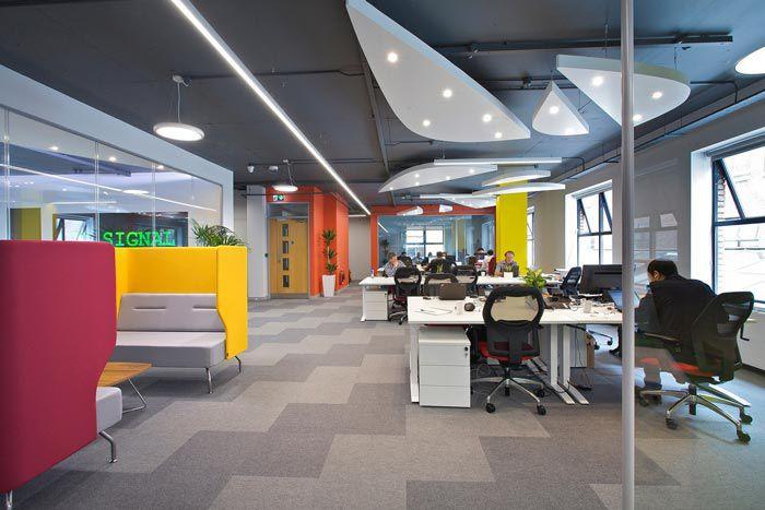 科技类型办公室员工办公区域
