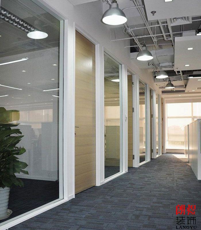 现代简约办公室装修通道