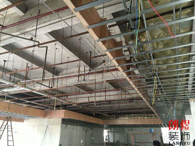 办公室水电改造装修时水管能装到天花里吗?