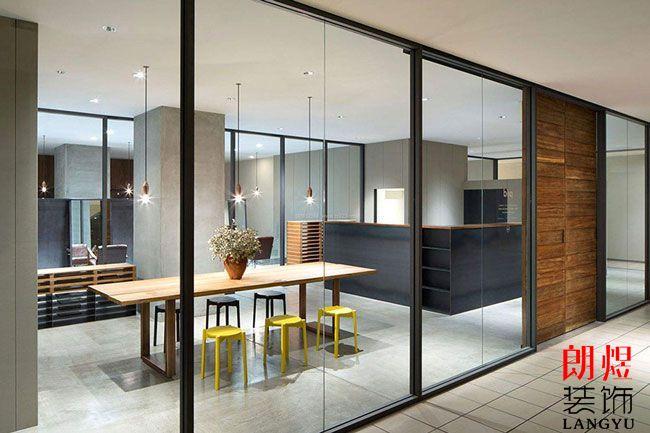办公室装修隔断墙采用玻璃有什么作用及好处?
