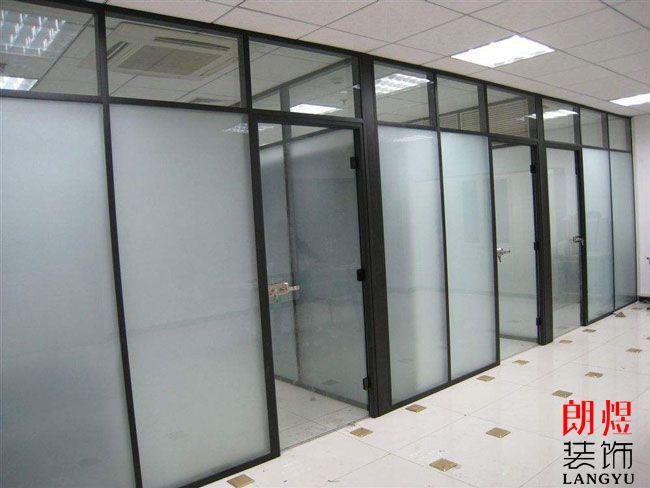 办公室装修玻璃隔断采用什么材质的好?