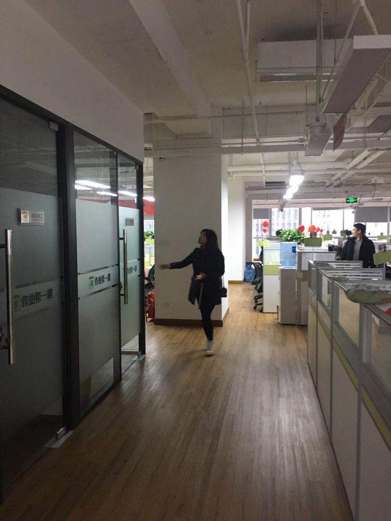 简约风格办公室装修_玻璃隔断办公室